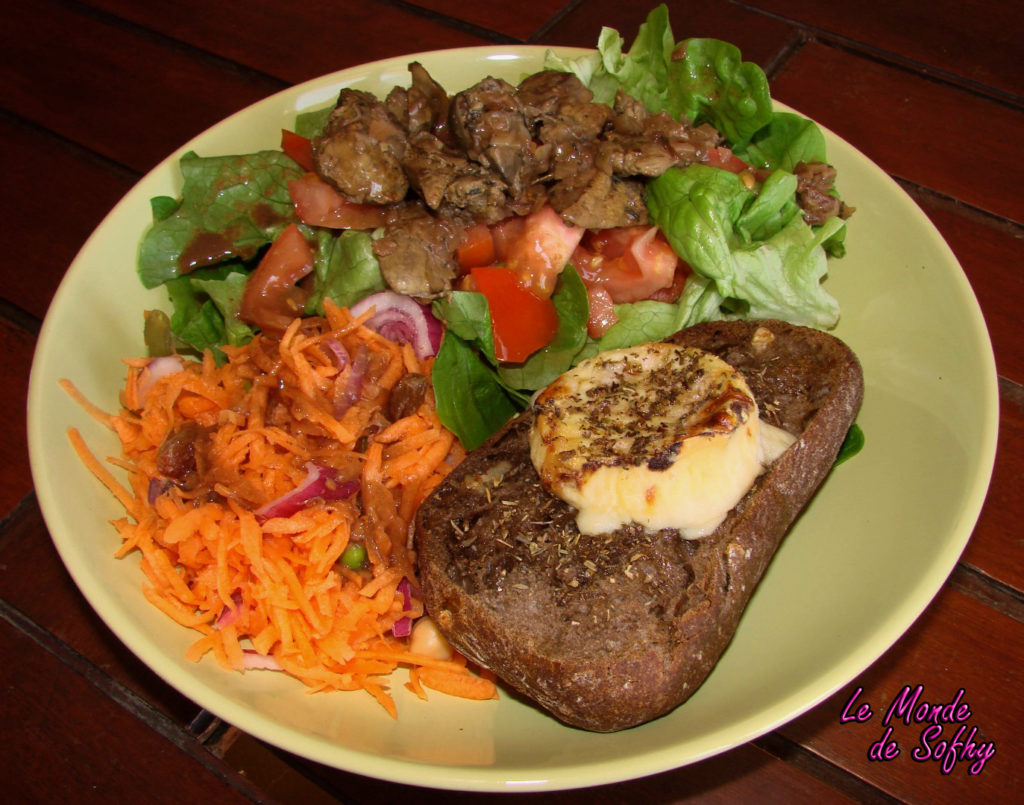 Salade de foies de volaille et chèvre chaud