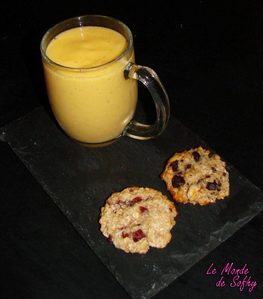 Smoothie à la mangue et aux litchis et cookies aux flocons d'avoine