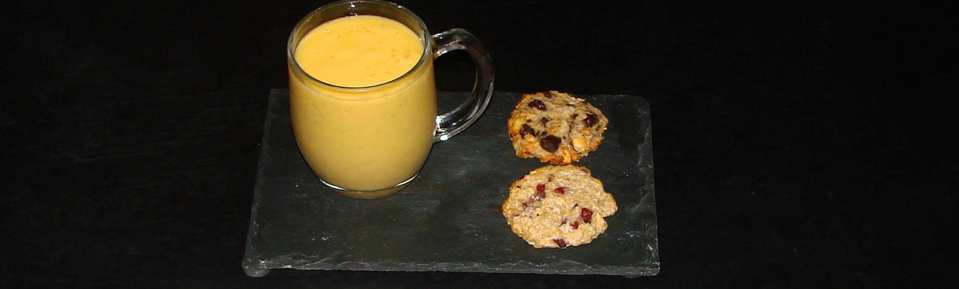 Smoothie à la mangue et aux litchis, cookies tous sains aux flocons d'avoine