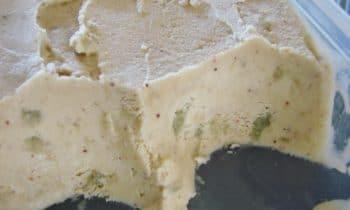 Crème glacée à la pistache et éclats de macarons